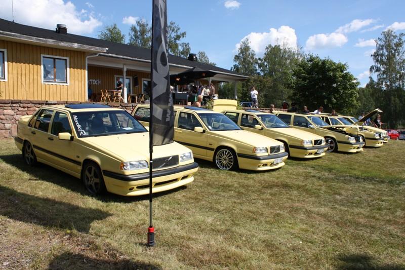 Foto från NordicR monter på Rättviksträffen på flera t-gula Volvo 850 T 5R medlemsbilar.