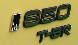Emblemen som de sitter på kombimodellen, 855 T-5R. Den lilla flaggan påminner om samarbetet med TWR under BTCC-eran.