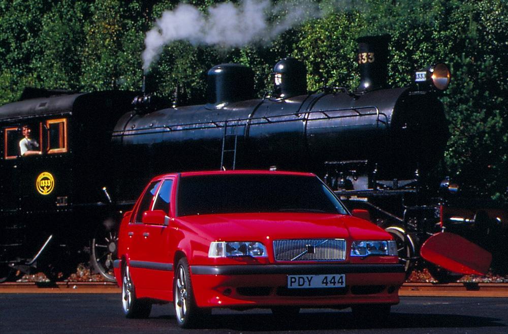 Volvos pressfoto från 1995 på PDY444, protoypen som först var en T-gul Volvo 850 T-5R och sedan gjordes om till en T-röd Volvo 850R, också den som prototyp. Därav samma registreringsnummer på pressfoton. Numera ägs den av en entusiast som återställt den till en T-gul 854 T-5R.