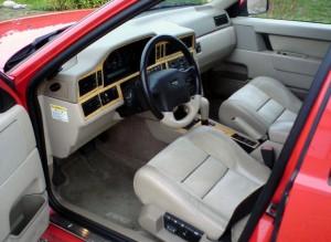 Inredningen i en Volvo 850R med beige interiör och automatlåda