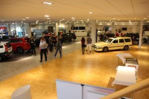 Hos Rolf Ericson Bil i väntan på supergoda mackor till frukost. Den gula medlemsbilen stod i hallen under hela öppethelgen.