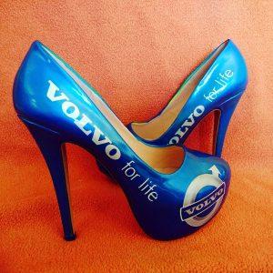 Laserblåa pumps med Volvologga är en självklarhet för alla R-ägare!