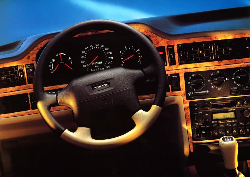 Instrumentbräda och ratt i en Volvo 850R med ljus inredning - masurbjörk.